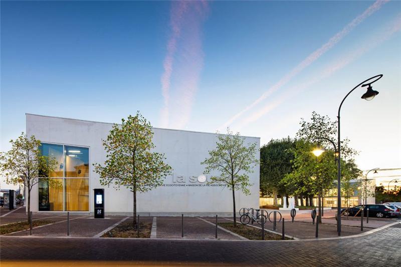 新建的图书馆东立面上悬挂着清晰的标志,使得行人从看到这座建筑