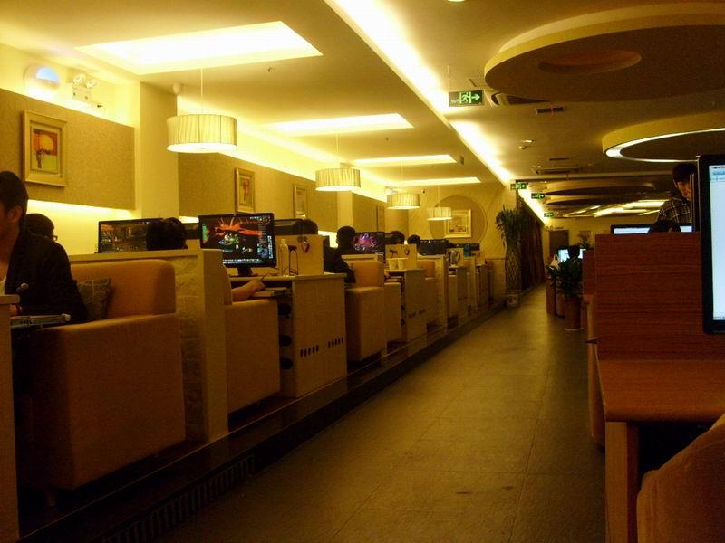 网吧电脑桌与普通的家用电脑桌还有所区别,可以从几个方面来说图片