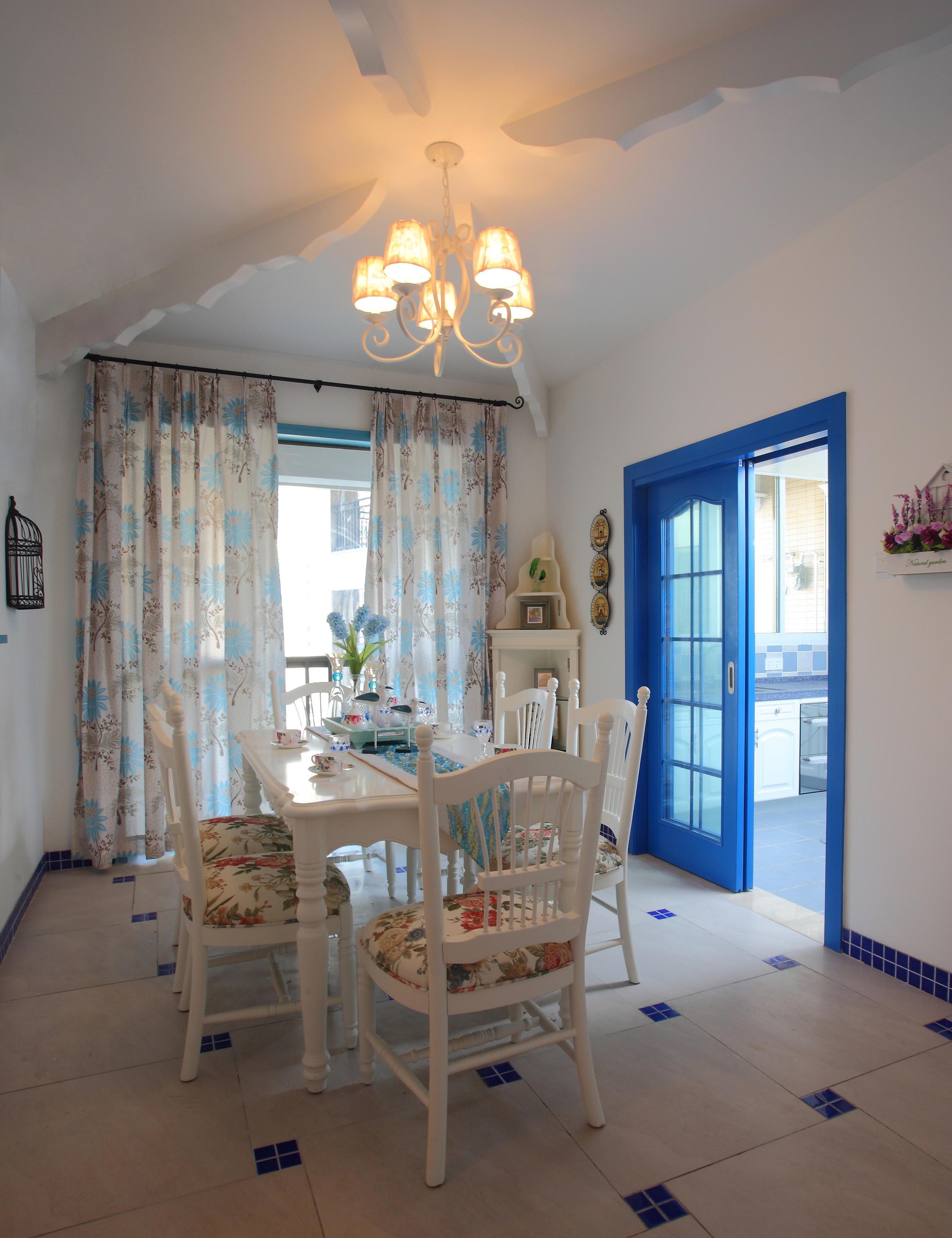 整個室內空間裝修風格為地中海風格,藍白色調的搭配