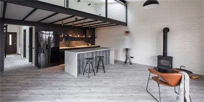 特拉凯现代工业风阁楼公寓 打造素雅且艺术的居住氛围