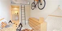 这间14平米小屋,吊床、自行车和系统家具都是亮点