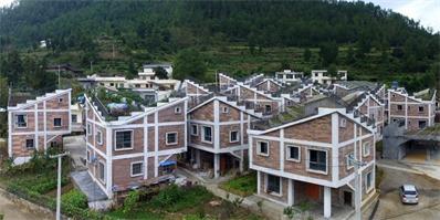 灾后重建,四川这村子在屋顶上建起了梯田,构建农村生活新范本