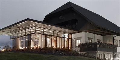 sadar+vuga为历史建筑增建玻璃大堂