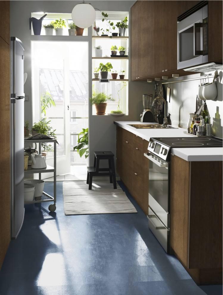 通常的户型中,阳台都是跟客厅相连,当然也有一些阳台是在厨房外边的。那么如果遇到这种的阳台应该怎么设计好呢?下面我们就一起来看看厨房外小阳台怎么设计好以及装修时应该注意些什么。  厨房外小阳台怎么设计 1、打通,扩大厨房 一般而言,很多户型的厨房面积都是比较紧凑的,而北阳台临近厨房的话,面积都不会太大,把它打通纳入厨房,这样可以扩大厨房的使用面积,让厨房更加好用。 2、打通,多个休闲区 通过把这个小阳台打通与厨房连在一起,然后把这个空间装成休闲区,让厨房空间不再是做饭那么简单,更加有情调。 3、隔开,多个小